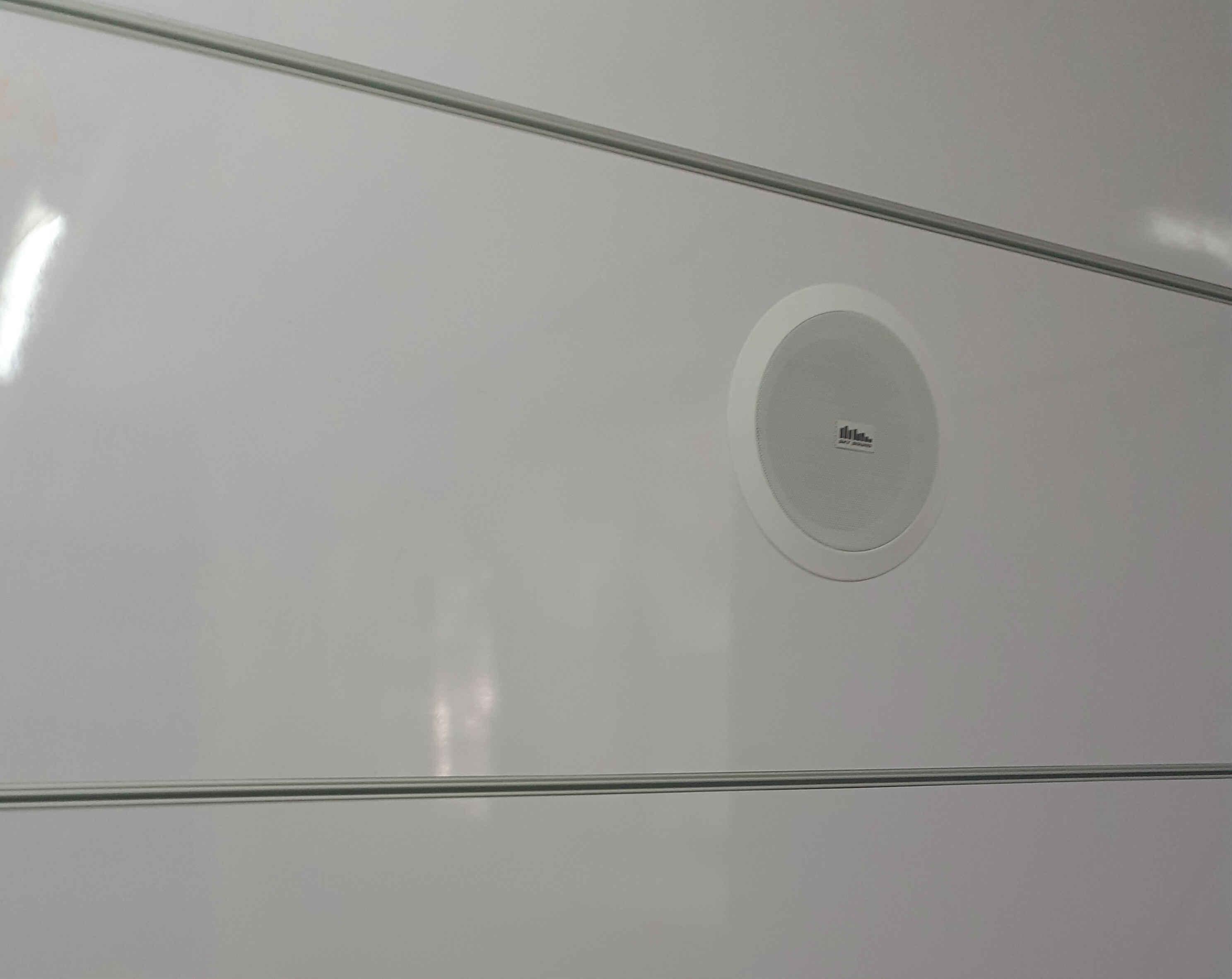 колонки встроенные в стене офиса